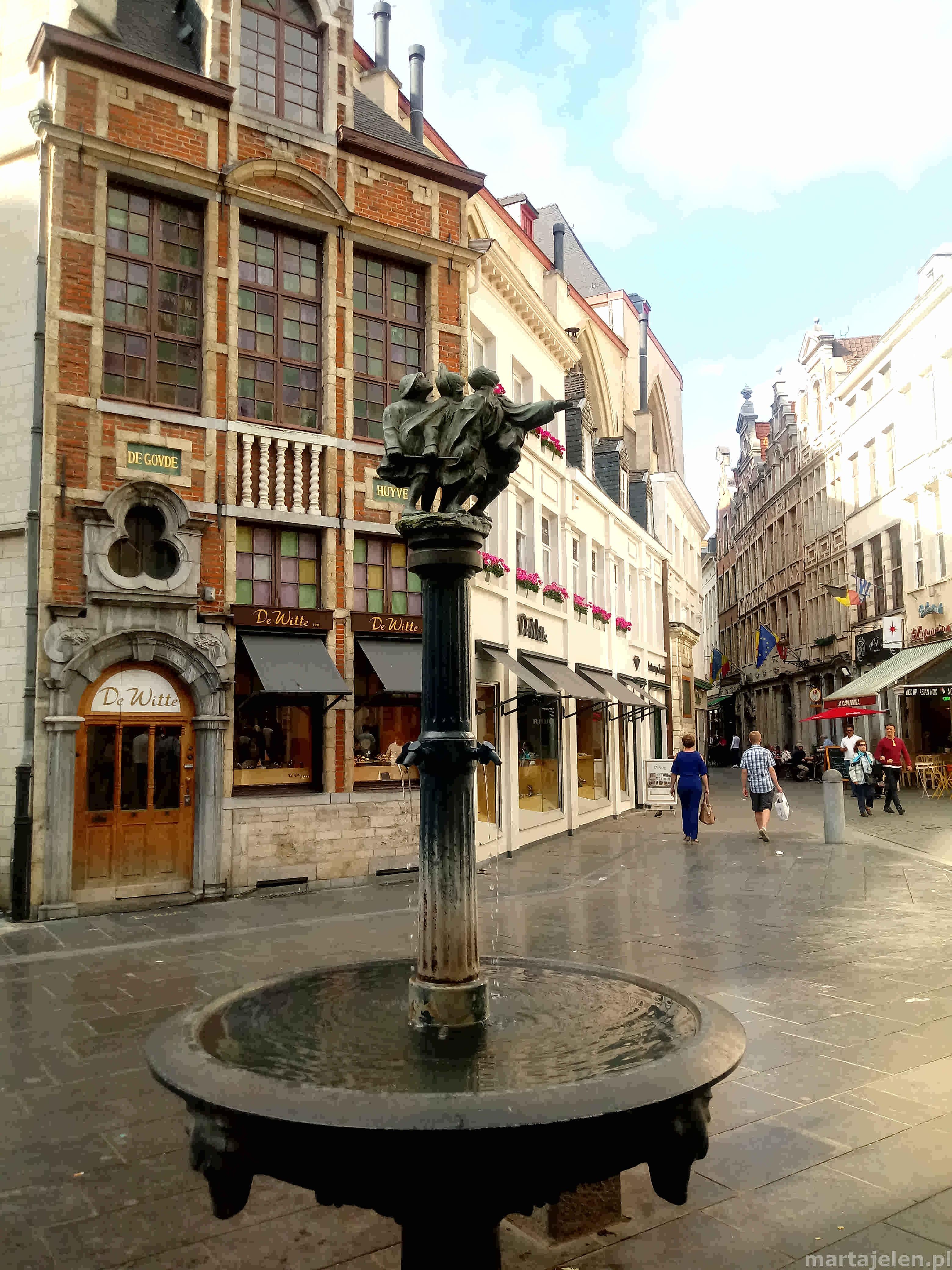 Widok na ciekawą fontannę znajdującą się na skrzyżowaniu uliczek starego miasta