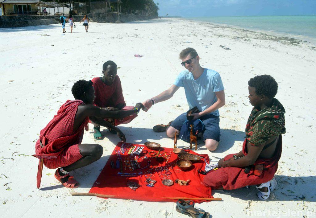 Mikołaj dokonuje zakupu pamiątek od Masajów na plaży