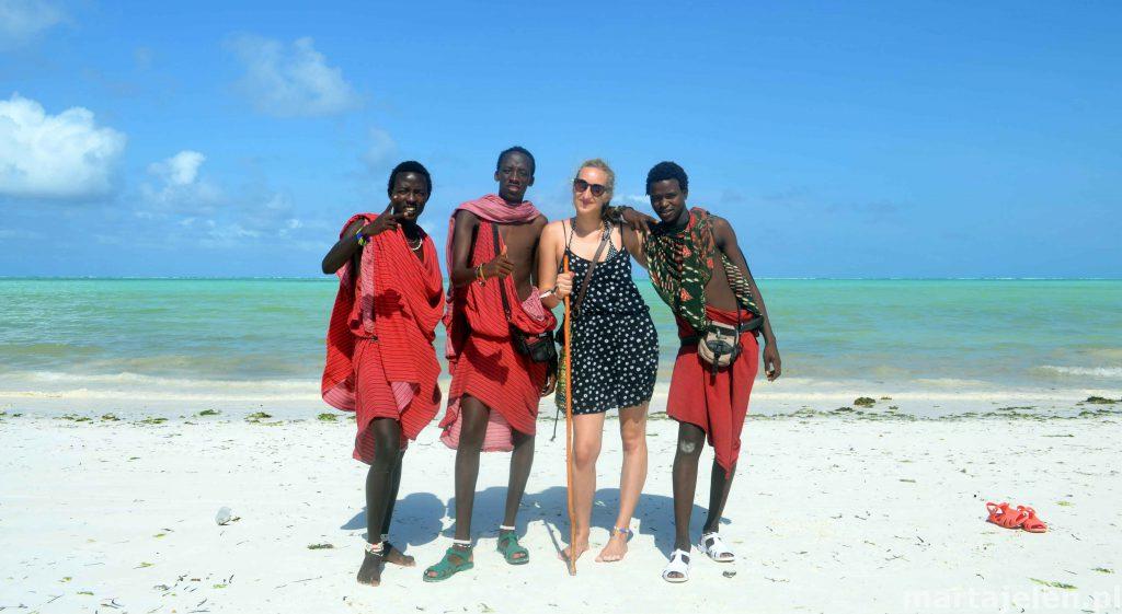 Ja w towarzystwie Masajów na plaży w Jambiani