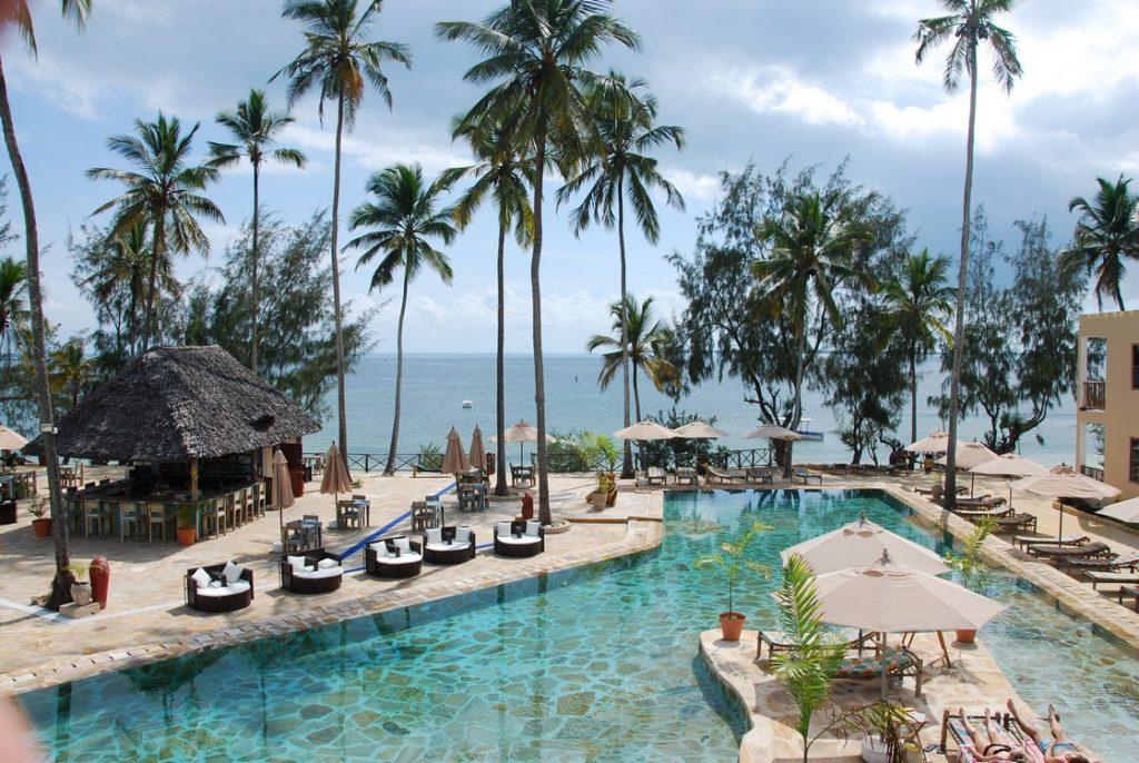 Basen hotelowy widziany z góry Uroa Bay Beach Resort