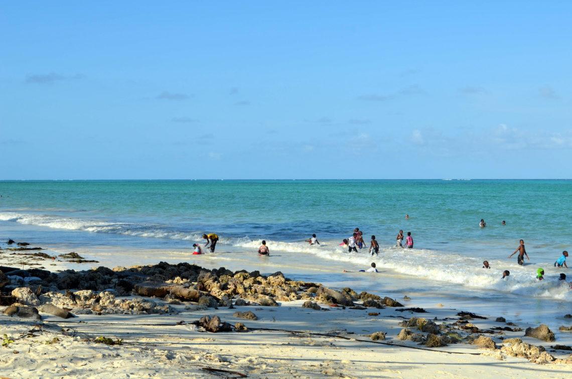 Dzieci bawiące się w oceanie Zanzibar