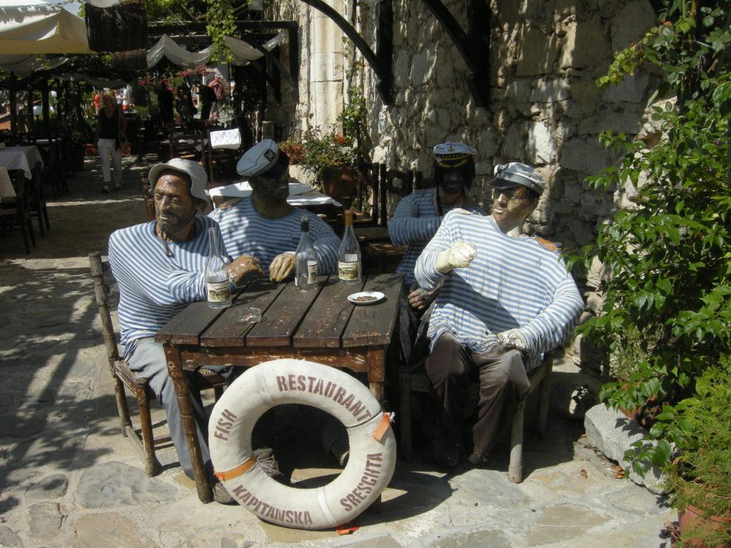 Kompania przed restauracją w Nessebarze Stare Miasto Bułgaria