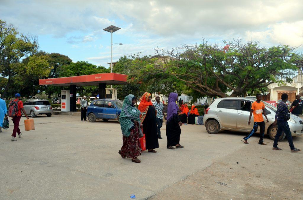 Kobiety na parkingu w stolicy