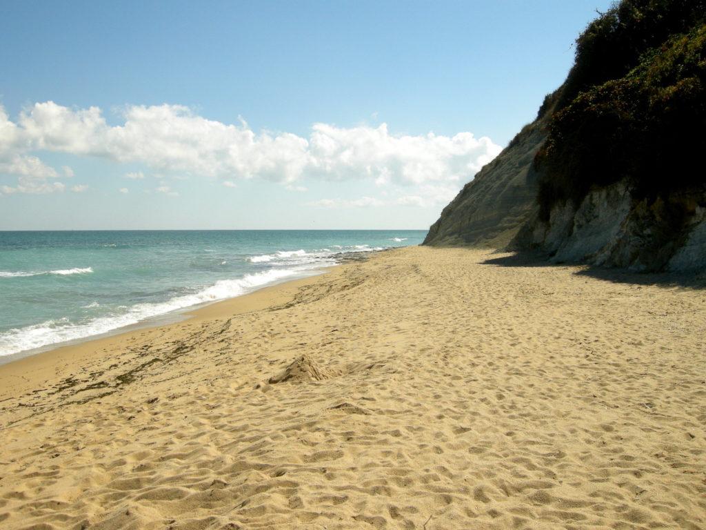 Pusta piaszczysta plaża w Bjałej Bułgaria