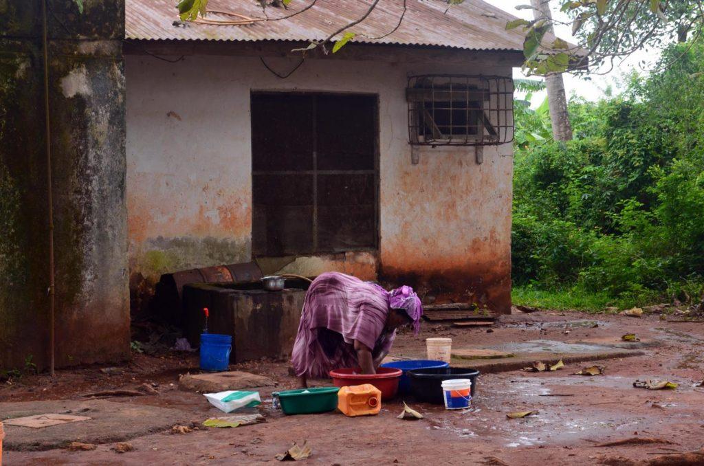 Kobieta robiąca pranie