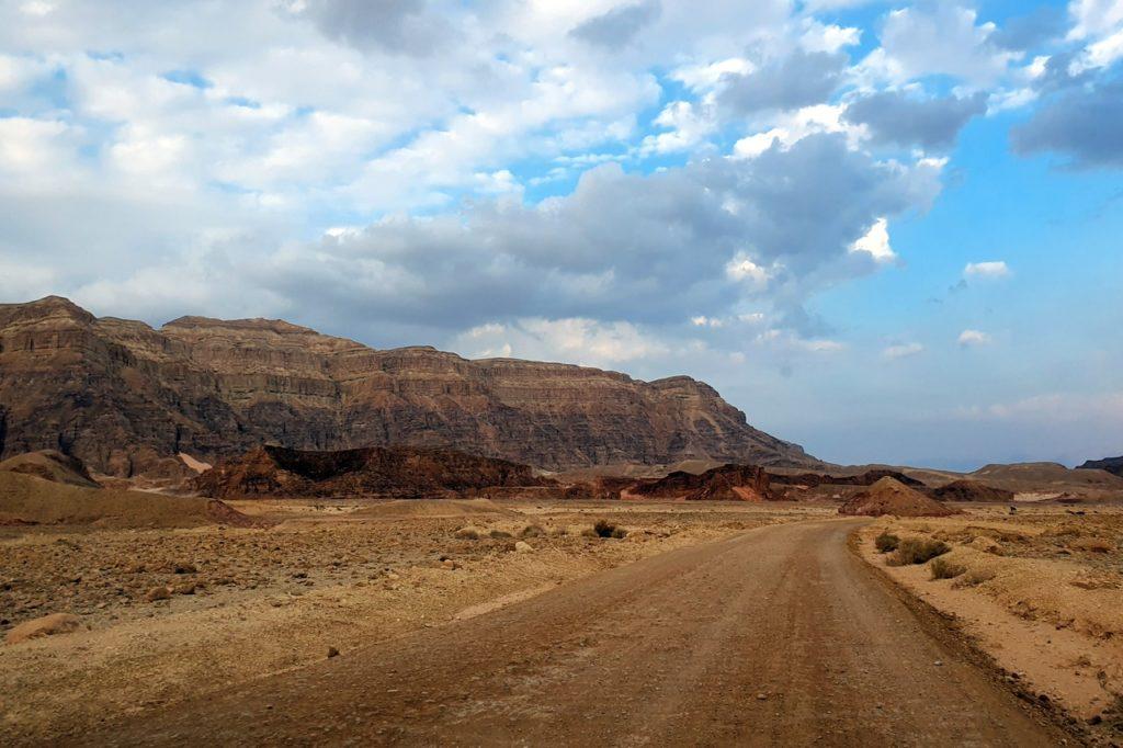Gruntowa droga do The Chariots Timna Park Red Canyon
